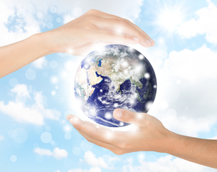 hand protect earth environment, earth element finished by nasaの写真素材 [FYI00742797]