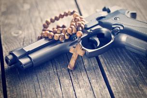 rosary beads and gunの写真素材 [FYI00742888]