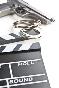 movie clapper and gun with handcuffsの写真素材 [FYI00742893]
