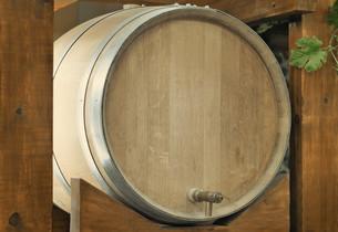 Wooden oak barrel wine,  with metal crane. .の写真素材 [FYI00742904]