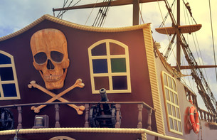 A fragment of the stern of a pleasure ship with a pirate logo.の写真素材 [FYI00742923]