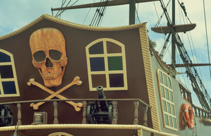 A fragment of the stern of a pleasure ship with a pirate logo.の写真素材 [FYI00742926]