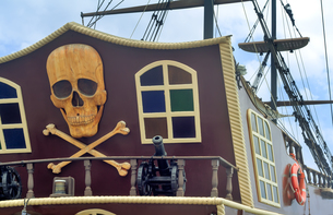 A fragment of the stern of a pleasure ship with a pirate logo.の写真素材 [FYI00742929]