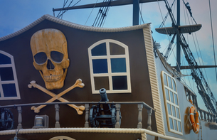 A fragment of the stern of a pleasure ship with a pirate logo.の写真素材 [FYI00742932]