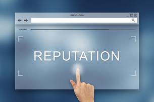 hand press on reputation button on websiteの写真素材 [FYI00743016]