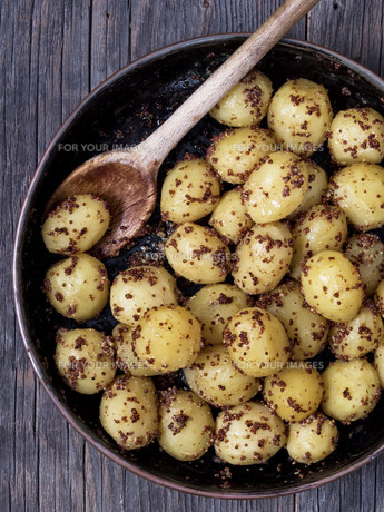 rustic boiled potato in mustardの写真素材 [FYI00743019]