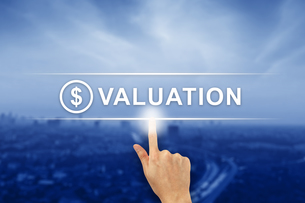 hand clicking financial valuation button on touch screenの写真素材 [FYI00743028]