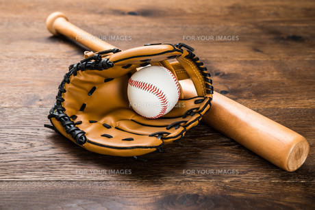 Glove With Baseball And Batの写真素材 [FYI00743072]