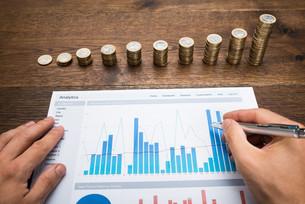 Businessman Analyzing Financial Graphの写真素材 [FYI00743104]