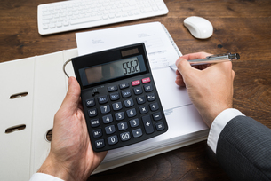 Businessperson Calculating Financial Resultの写真素材 [FYI00743113]