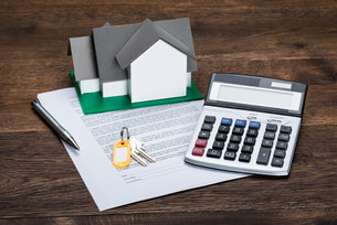 House Model On Contract Paper With Keys And Calculatorの写真素材 [FYI00743140]
