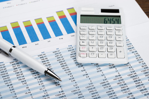 Financial Data Sheet With Calculator And Penの写真素材 [FYI00743143]