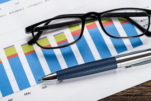 Financial Graph With Eyeglasses And Penの写真素材 [FYI00743144]