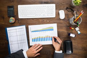 Businessman Analyzing Graphの写真素材 [FYI00743148]