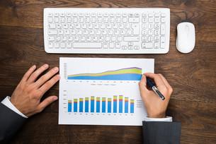 Businessman Analyzing Graphの写真素材 [FYI00743167]
