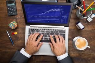 Businessman Analyzing Graph On Laptopの写真素材 [FYI00743172]
