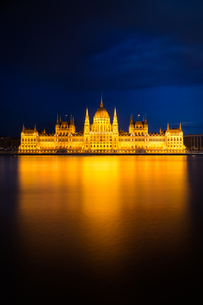 Hungarian Parliament Building in golden light, Budapestの写真素材 [FYI00743174]