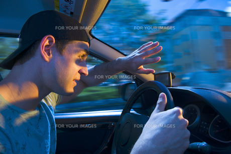 blinded by the oncoming trafficの写真素材 [FYI00743309]