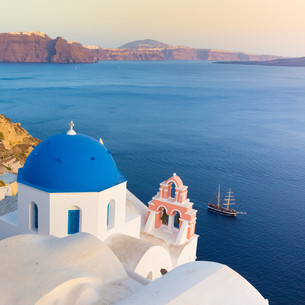 Oia village on Santorini island, Greece.の写真素材 [FYI00743439]