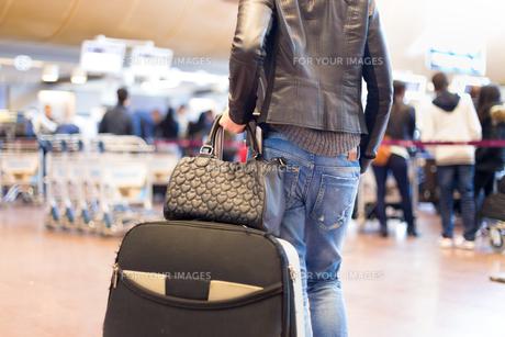 Female traveller walking airport terminal.の素材 [FYI00743444]