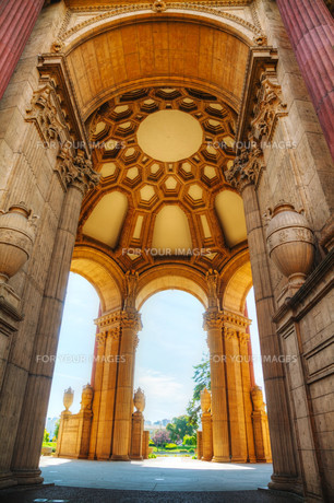 The Palace of Fine Arts interior in San Franciscoの写真素材 [FYI00743555]