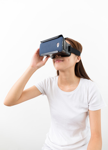 Young Woman experience virtual reality on cellphoneの写真素材 [FYI00743735]