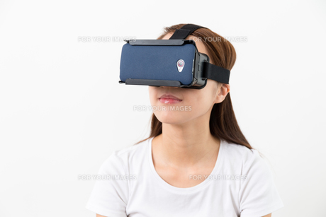 Woman using the virtual reality headsetの写真素材 [FYI00743743]