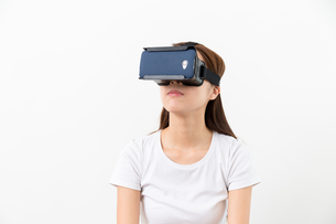 Young woman experience virtual reality on a mobile phoneの写真素材 [FYI00743744]