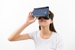 Asian young woman using virtual reality headsetの写真素材 [FYI00743745]