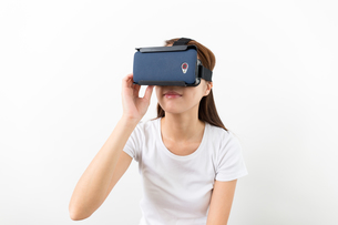 Woman with VR headsetの写真素材 [FYI00743746]