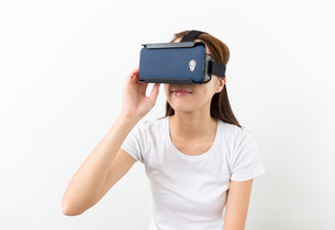 Woman hand touch on the virtual reality headsetの写真素材 [FYI00743747]