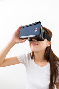 Asian woman experience through virtual reality deviceの写真素材 [FYI00743749]