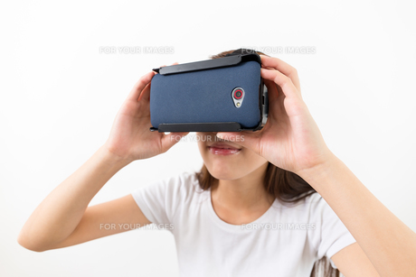 Young woman two hand touch on virtual reality headsetの写真素材 [FYI00743754]