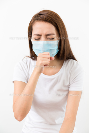 Woman cough with face maskの素材 [FYI00743756]