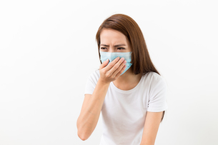 Asian woman sneeze with maskの写真素材 [FYI00743760]