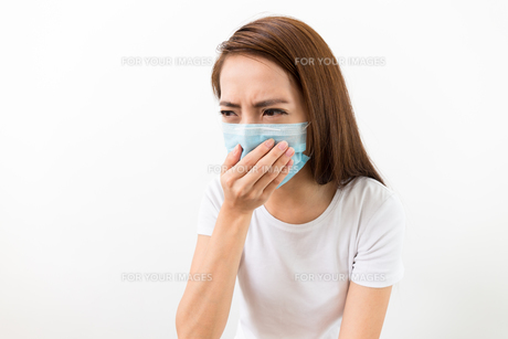 Asian woman want to vomit and wear with maskの素材 [FYI00743770]