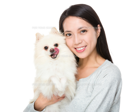 Woman with pomeranian dogの写真素材 [FYI00743778]