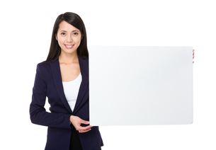 Young businesswoman show with white posterの写真素材 [FYI00743823]