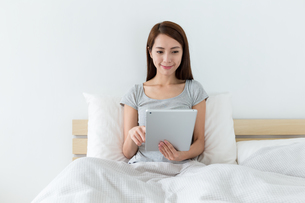 Woman use of tablet pcの写真素材 [FYI00743854]