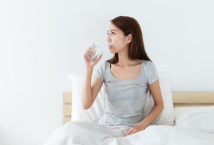 Woman drink a glass of water at morningの写真素材 [FYI00743855]