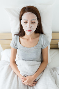 Woman do facial masking on bedの写真素材 [FYI00743858]