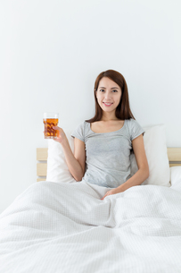 Woman holding a glass of teaの写真素材 [FYI00743861]