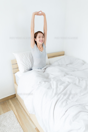 Asian woman raise her hand up and feeling relaxの写真素材 [FYI00743868]