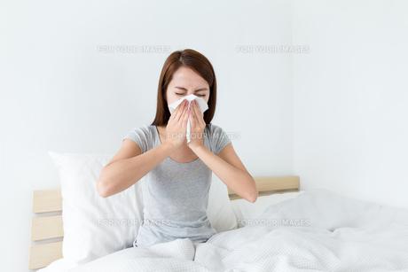 Woman feeling unwellの素材 [FYI00743870]