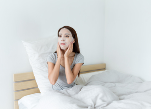Young woman do maskingの写真素材 [FYI00743877]