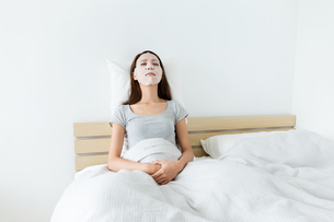Woman sleeping on bed and do maskingの写真素材 [FYI00743881]
