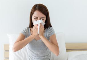 Woman sneeze on bedの素材 [FYI00743886]