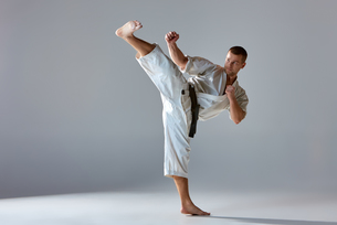 Man in white kimono training karateの素材 [FYI00743915]