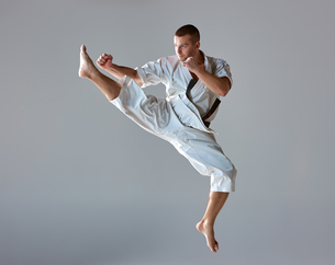 Man in white kimono training karateの素材 [FYI00743917]