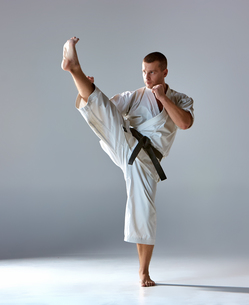Man in white kimono training karateの素材 [FYI00743919]